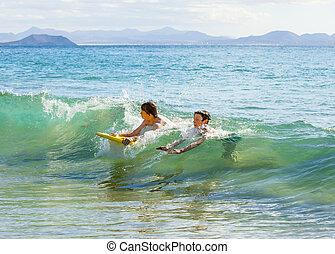 meninos, divirta, surfando, em, a, ondas