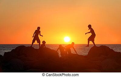 meninos, praia, tocando