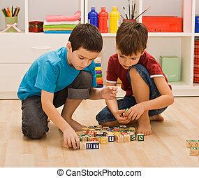 meninos, tocando, com, blocos