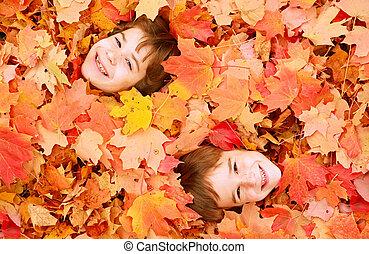 meninos, tocando, em, folhas