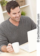 mens die laptop computer met behulp van, thuis