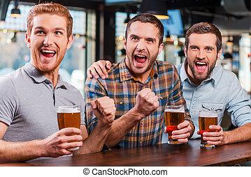 mens, fodbold, bar, goal!, unge mænd, tre, sammen, det,...
