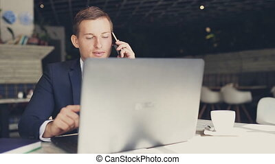 mens het spreken, op de telefoon, in, een, koffiehuis