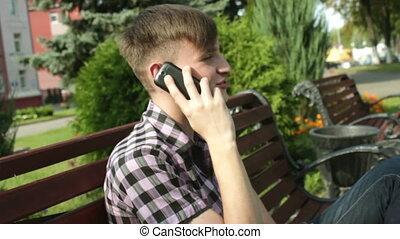 mens het spreken, op de telefoon, in park