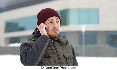 mens het spreken, op, een, beweeglijk, mobiele telefoon, in, winter, outdors