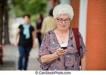 mensajería, mujer mayor, smartphone