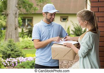 mensajero, sujetar un paquete, y, mujer, firma, un, entrega,...