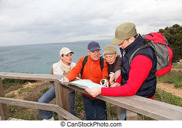 menschengruppe, anschauen, landkarte, auf, a, wandern, tag