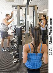 menschengruppe, gewichtstraining, an, turnhalle