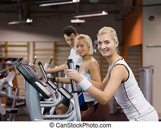 menschengruppe, jogging, in, a, turnhalle