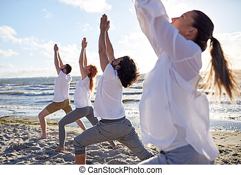 menschengruppe, machen, yogaübungen, auf, sandstrand