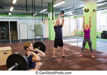 menschengruppe, trainieren, in, turnhalle