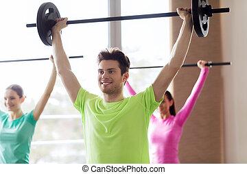 menschengruppe, trainieren, mit, hantel, in, turnhalle