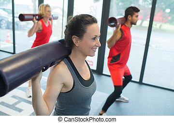 menschengruppe, trainieren, mit, stäbe, in, turnhalle