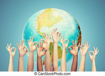menschliche hände, ausstellung, gutes zeichen, aus, erdeglobus