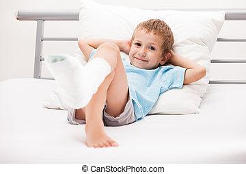 menselijk, gezondheidszorg en geneeskunde, concept, -, klein kind, jongen, met, pleister, verband, op, been, hiel, breuk, of, kapot, voet, been