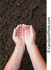 menselijk, vrouwenhanden, op, bruine , terrein, achtergrond