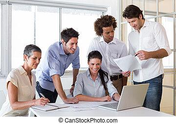 mensen, aantrekkelijk, zakelijk, aan het werk werkkring