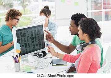 mensen, computers, werkende , ongedwongen kantoor