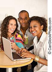 mensen, draagbare computer, drie, het dineren, gebruik, uit