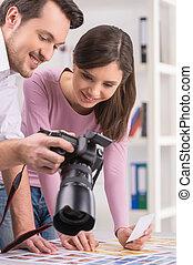mensen, fotograaf, het tonen, op, twee, foto's, redacteur,...