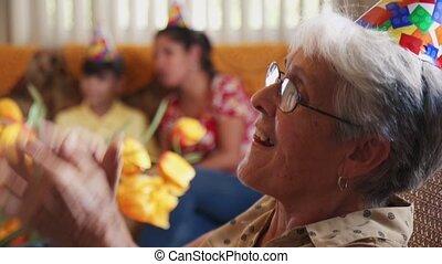 mensen, genieten, verjaardagsfeest, met, vrienden, in, geriatrisch, ziekenhuis