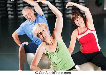 mensen in, gym, op, oefeningsbal