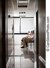 mensen in, hospital's, wachtruimte
