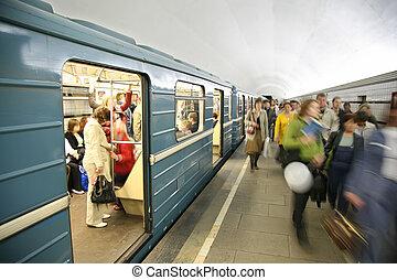 mensen in, metro, dichtbij, trein