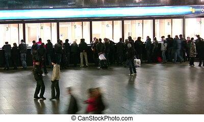 mensen in, ticket, zaal, van, trein, station., tijd, lapse.