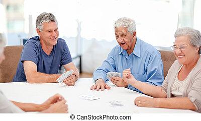 mensen, kaarten, gepensioneerd, spelen samen