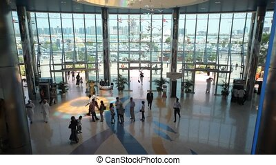 mensen, komt, in, gebouw, in, verenigde arabische emiraten