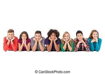mensen, mensen., jonge, vrijstaand, vrolijk, terwijl, multi-etnisch, ongedwongen, voorkant, witte , het glimlachen, het liggen