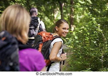 mensen, met, schooltas, doen, trekking, in, hout