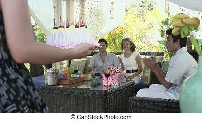 mensen, met, taart, op, verjaardagsfeest