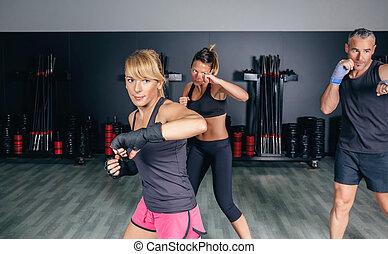 mensen, opleiding, boxing, in, een, fitness midden