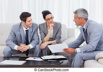 mensen pratend, werkende , zakelijk, samen, sofa