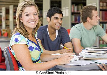 mensen, studerend , drie, bibliotheek, focus), (selective