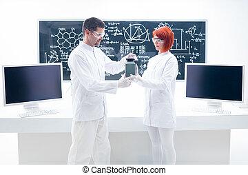 mensen, studerend , in, een, chemie, laboratorium