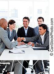 mensen, succesvolle , handen, zakelijk, internationaal, rillend
