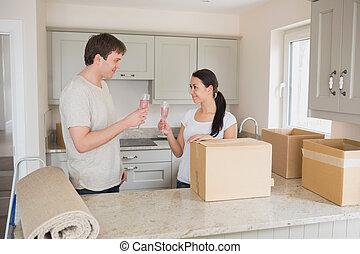 mensen, twee, verhuizen, champagne, vieren, jonge