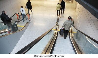 mensen, uitgeput raken, stappen, van, verhuizing, roltrap