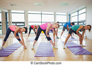 mensen, yoga, handen, stand, stretching, fitness, studio