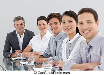 mensen zaak, het glimlachen, multi-etnisch, vergadering