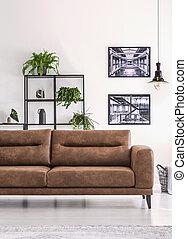 mensola, con, verde, piante, dietro, grande, comodo, sofà cuoio, in, bianco, soggiorno, con, industriale, manifesti, su, parete