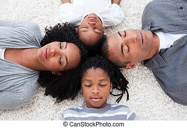 mensonge, afro-américain, jeune famille, plancher