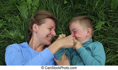 mensonge, avoir, son., fils, passe-temps, maman, mère, amusement, herbe, three-year-old