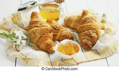 mensonge, condiments, croissants, serviette