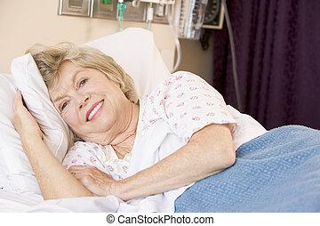 mensonge, hôpital, personne âgée femme, lit