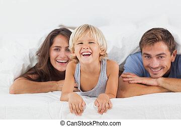 mensonge, lit, ensemble, famille, heureux
